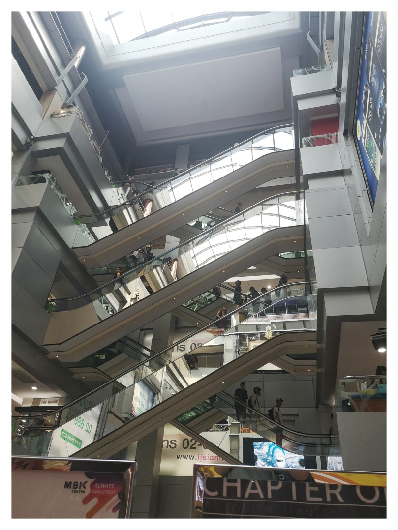 ebf94e8cd5 Ce centre commercial et aussi centre culturel est réellement immense… Il y  avait tellement de choses qu'en fait je n'ai rien trouvé !
